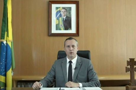 Bolsonaro demite secretário que usou frase de nazista