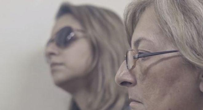 """Cena do filme """"Alzheimer na periferia"""" com Renata e a mãe Márcia"""