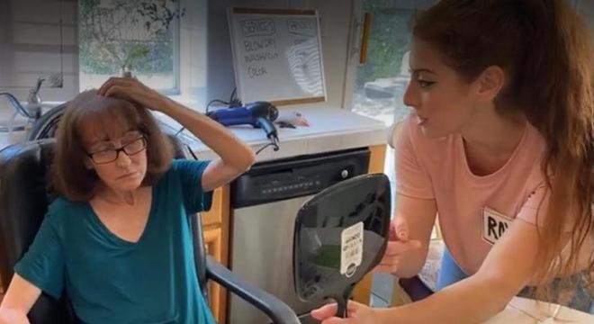 Filha cortou o cabelo da mãe no salão improvisado na cozinha de casa