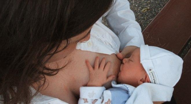 Durante a amamentação, a mãe passa seus anticorpos para o filho