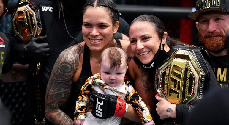 Amanda Nunes, Nina e a filha Reagan. E dois cinturões. Imagem histórica no UFC
