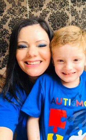 Amanda e o filho Arthur, de 4 anos