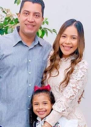 Amanda com o marido e a filha
