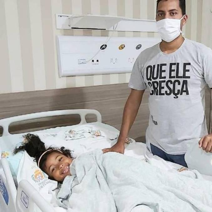Mel, de 6 anos, passou por cirurgia no ombro