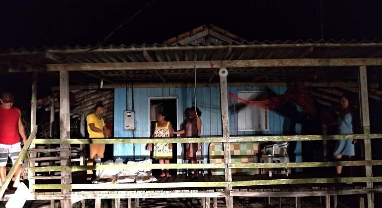 Casa é iluminada pelo farol de um carro, no Quilombo Conceição, no estado do Amapá, durante blecaute