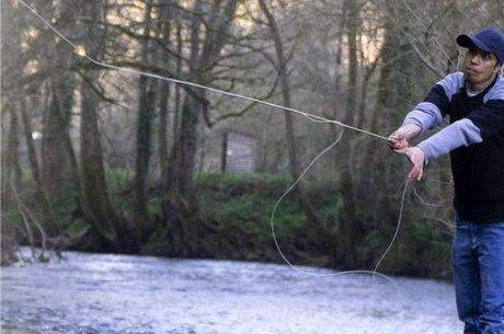 Amar com a vara de pesca que pretendia vender para conseguir dinheiro para sobreviver