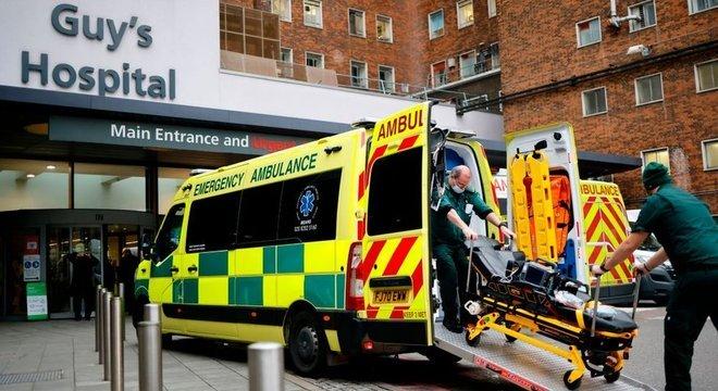 Ambulância chegando ao Guy's Hospital, em Londres