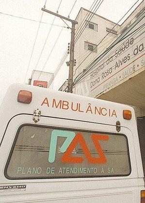 Ambulância diante de hospital municipal conveniado com o PAS