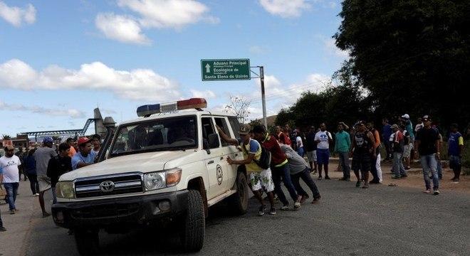 Ambulância com feridos atravessa a fronteira entre a Venezuela e o Brasil