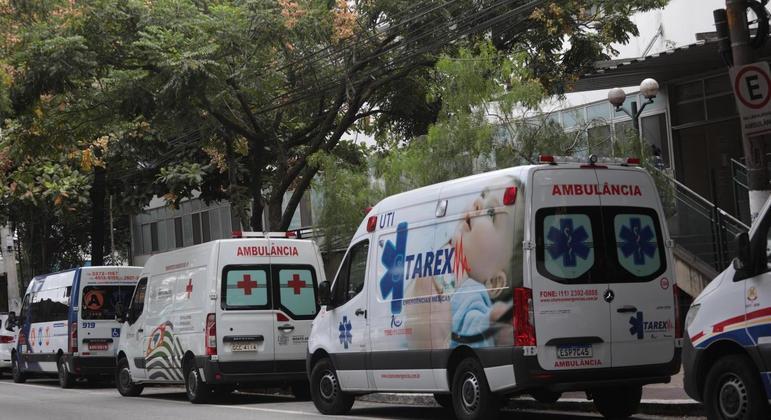 Média móvel de mortes permanece próxima a 3.000 por dia