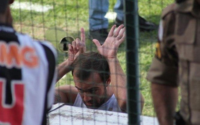 Ameaçado de rebaixamento na última rodada do Brasileirão 2011, o Cruzeiro goleou o Atlético-MG por 6 a 1 e se livrou da queda inédita (naquela época). No ano seguinte, Roger Flores provocou a torcida do Galo fazendo o número seis com as mãos.