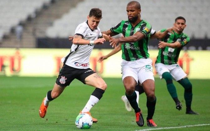 América-MG 1 x 1 Corinthians - Copa do Brasil 2020 - Um pênalti que mudou tudo. Lucas Piton disputava a bola dentro da área e, de costas, acabou tocando com o braço nela. O árbitro marcou o pênalti, confirmado após análise do VAR. Com o gol, o Coelho eliminou o Timão.
