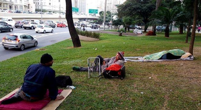 Amigos preferem ficar na rua a serem levados para abrigos distantes e terem de voltar a pé