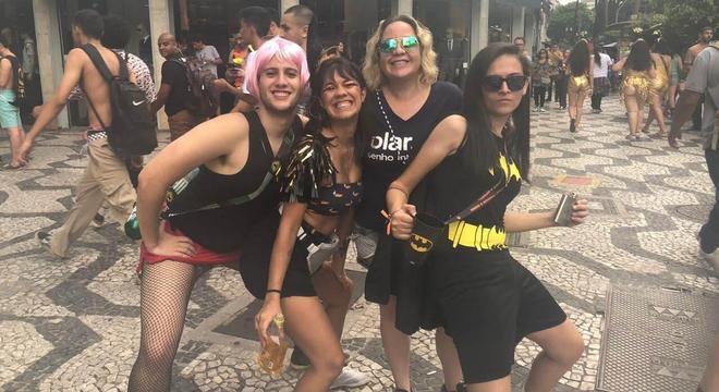 Michelle Viana (centro à dir.) com amigos durante a Peruada em 2019