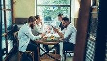 Usar o celular na mesa do bar pode indicar transtornos mentais