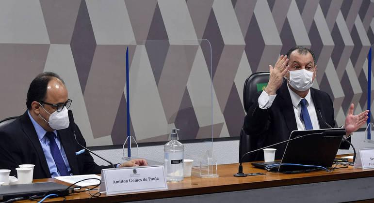 Amilton de Paula (esq.) ao lado do senador Omar Aziz: reverendo disse que pode ter se encontrado com Roberto Dias
