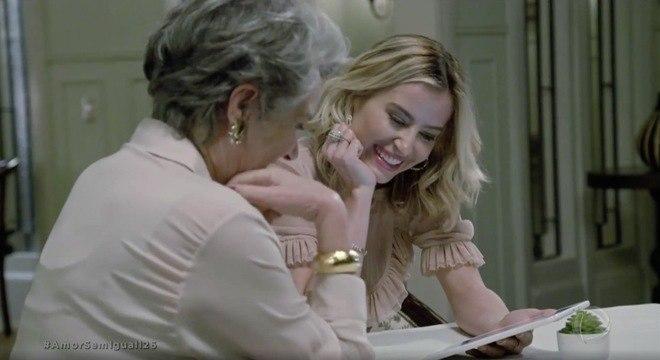 Norma ajuda Fernanda com os preparativos para o casamento
