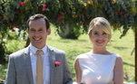 Os noivos chegam! Durante a cerimônia, Donatella olha para Tobias com desejo