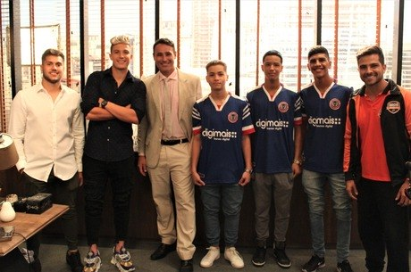 Jovens atletas fizeram participação ao lado de Rossini e Juninho