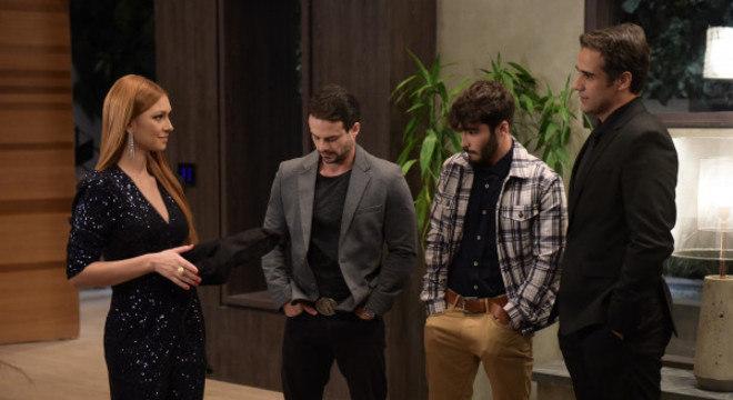 Tobias segue o plano de Leandro e deixa Poderosa drogada durante a festa