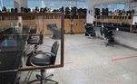 Já as salas de maquiagem ganharam divisórias deacrílico e demarcações no chão para indicar o distanciamento entreprofissionais
