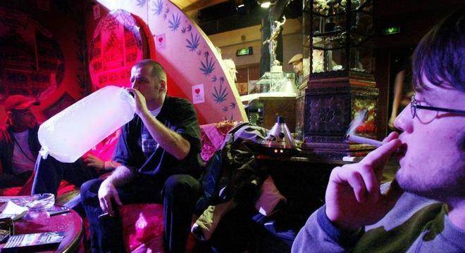 Venda e uso maconha em coffee shops de Amsterdam pode acabar para turistas