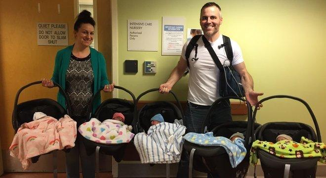 Amy e Chad Kempel saíram da maternidade levando cinco bebês para casa