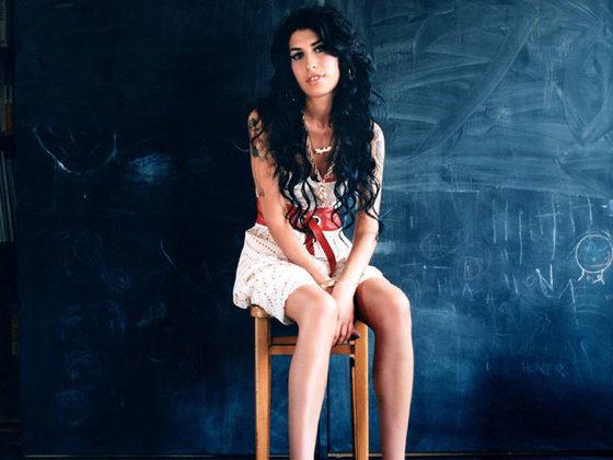 Amy WinehouseA estrela britânica também deve ganhar em breve um filme mostrando detalhes de sua carreira meteórica e vida conturbada. A família da cantora está envolvida no projeto. SegundoMitchell Winehouse, pai da estrela, a ideia é que uma atriz desconhecida interprete Amy no filme