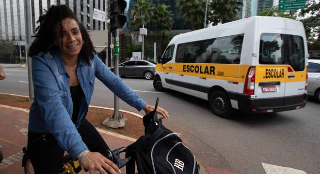Ana Carolina trocou o tempo de trânsito no ônibus pela bicicleta
