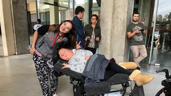 Fã supera limitação física para assistir a show de Sandy e Junior (Marília Aguena)