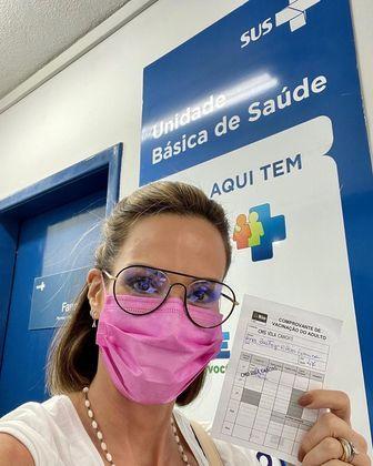 Ana Furtado foi vacinada contra a covid-19 no dia 24 de maio. A apresentadora que lutou contra um câncer de mama, comemorou a imunização.