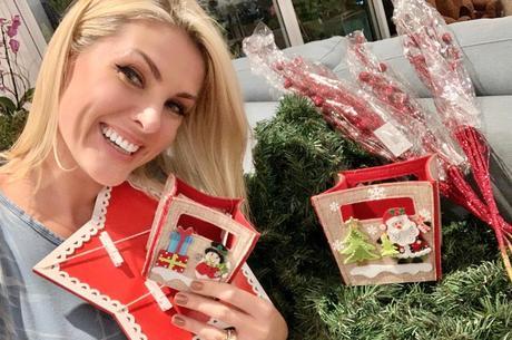 Ana comprou adereços natalinos para decoração