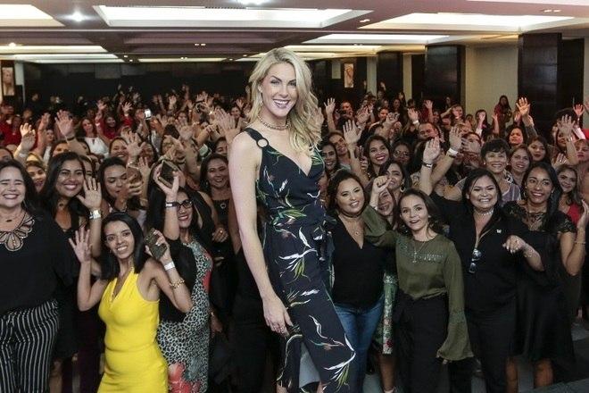 Com o salão lotado, a apresentadora do programa Hoje em Dia, da RecordTV, falou sobre moda e estilo
