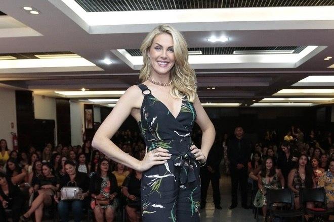 Ana Hickmann, que assina uma coleção de joias da empresa, participou de lançamento de marca com conversas sobre moda e estilo