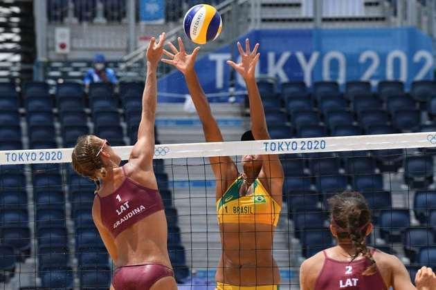 Ana Patrícia e Rebecca foram vencidas por dupla da Letônia por 2 sets a 1.