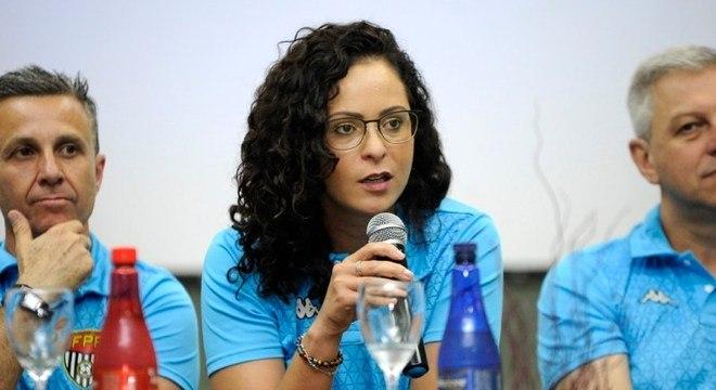 Ana Paula. Primeira mulher a comandar a arbitragem no Brasil. Renovação exposta
