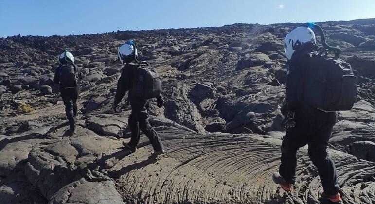 Ana Paula e seus colegas caminhando sobre o vulcão