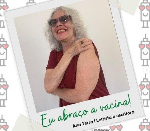 Também residente da instituição, a letrista e escritora Ana Terra foi vacinada. Ela até posou como