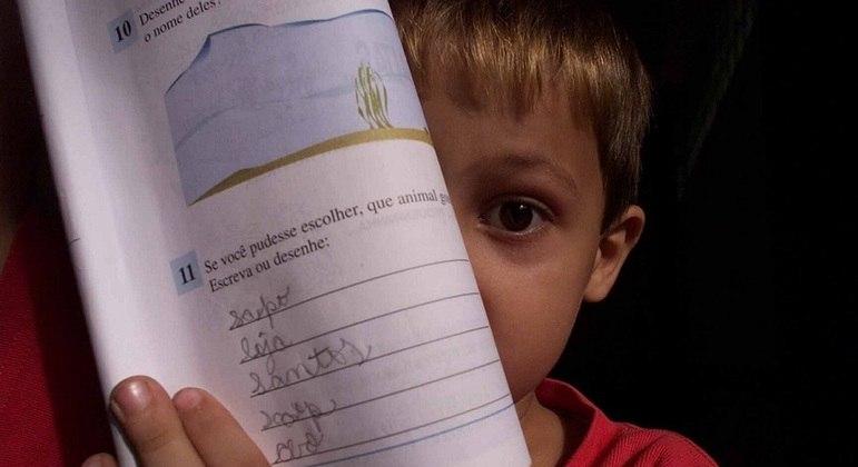 O aluno que aprende a ler precisa ser levado ao desenvolvimento de outras capacidades, como a de analisar o que se lê
