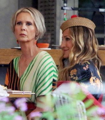 Prontas, as atrizes gravaram juntas cenas na área externa de um restaurante da cidade
