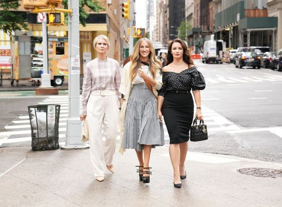 Na primeira foto oficial de And Just Like That, Sarah e Cynthia estavam acompanhadas deKristin Davis, que viverá novamente a personagemCharlotte. A série ainda não tem data oficial para estrear