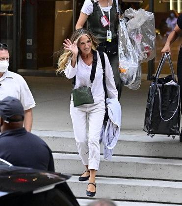 Sarah Jessica Parker, que voltará a viver a personagem Carrie Bradshaw, chegou aos sets de gravação com uma roupa branca num estilo mais confortável