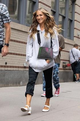 Sarah foi fotografada usando um moletom e uma bolsa preta cheia de glitter enquanto andava pelo local