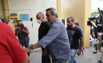 Ao chegar na delegacia, o vocalista do Molejo foi abordado pela imprensa, mas entrou direto no local