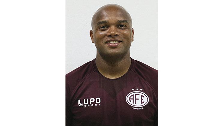 ANDERSON SALLES, zagueiro de 32 anos que contabiliza passagens por Santos, Goiás, Vasco e Santa Cruz, atualmente defende a Ferroviária na Série D.