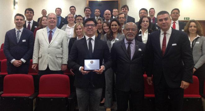 André Dias (com a placa) recebe homenagem da Adesg em nome da RecordTV