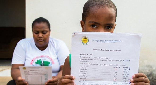 Apesar do diagnóstico, Andrea Domingos e o filho, Nicolas, não recebem contrapartida financeira da mineradora para arcar com o tratamento