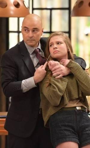 Andrea é rendida por Taylor e ameaçada com uma faca