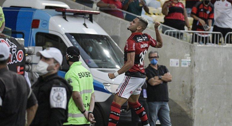 Andreas Pereira comemora com a torcida. Meio-campista está cada vez melhor no Flamengo