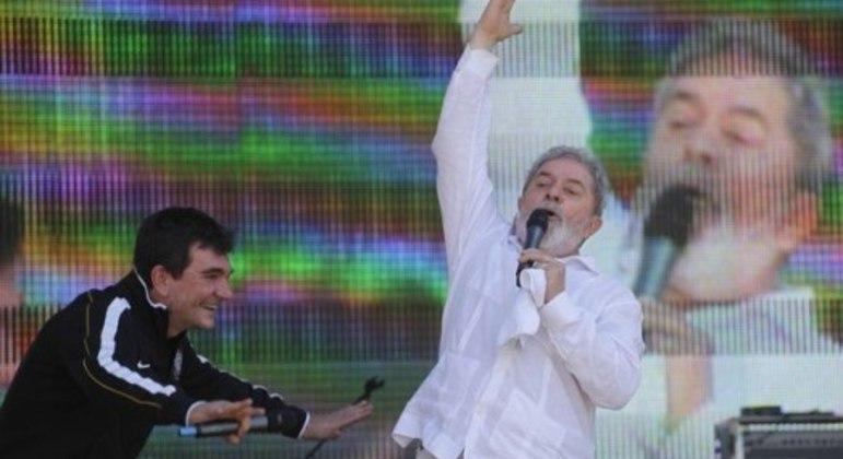 Andrés comemora com ex-presidente Lula o estádio corintiano. Acordo para pagar foi amador